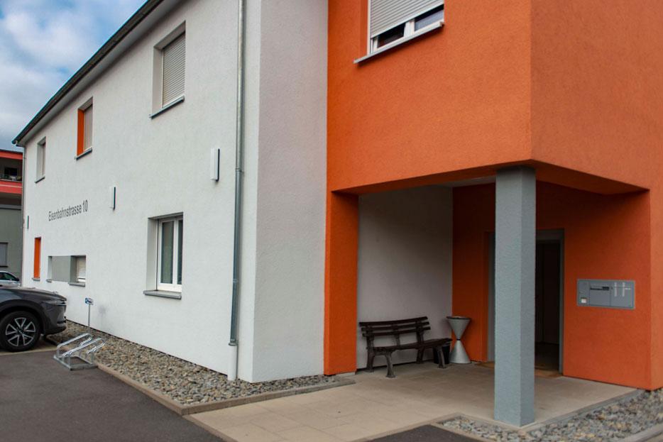 Hauswand und Eingang der Praxis in der Eisenbahnstrasse 10 in Mosbach