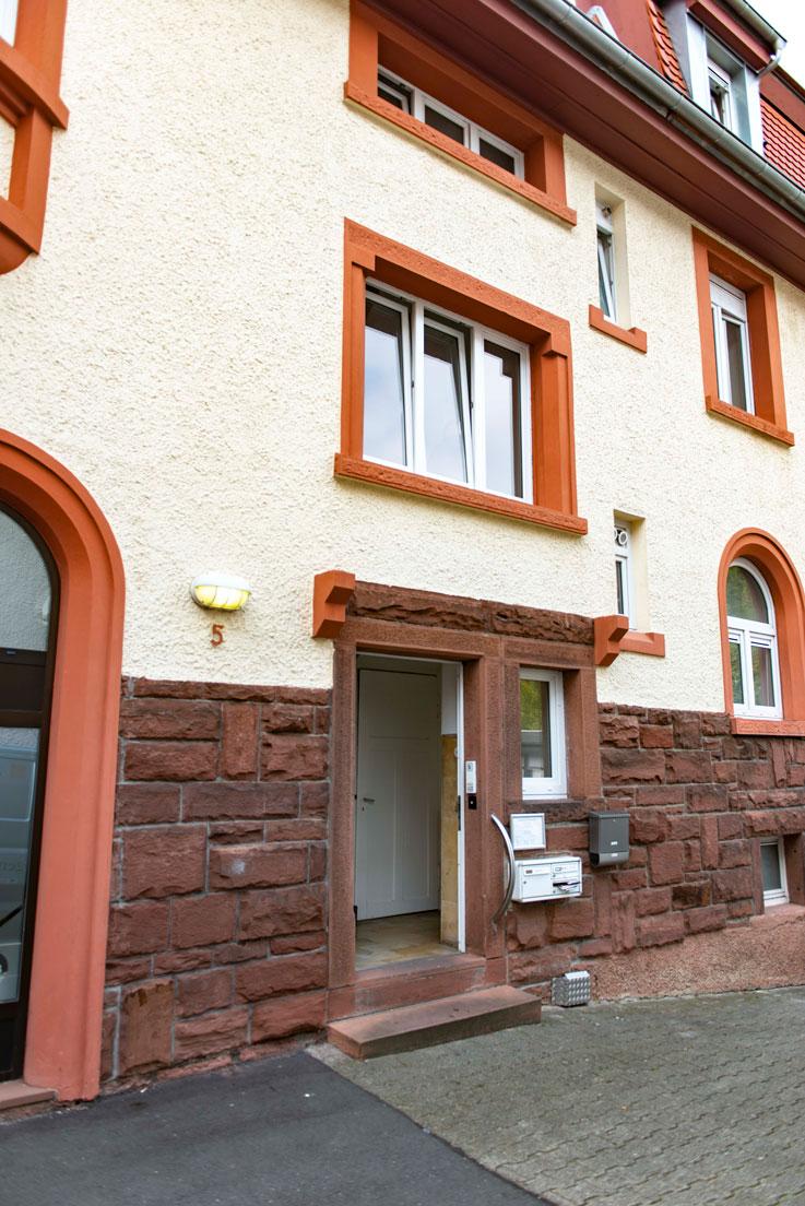 Hauswand und Eingang der Praxis im Gartenweg 5 in Mosbach