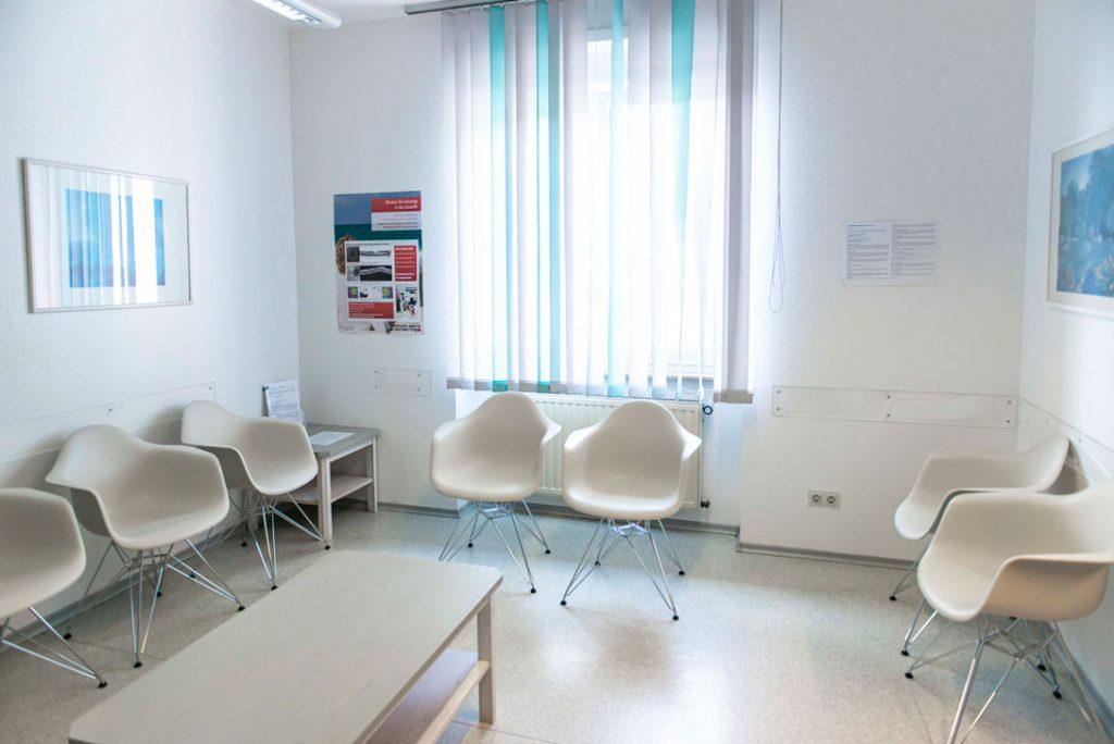 Wartezimmer der Praxis im Gartenweg 5 in Mosbach