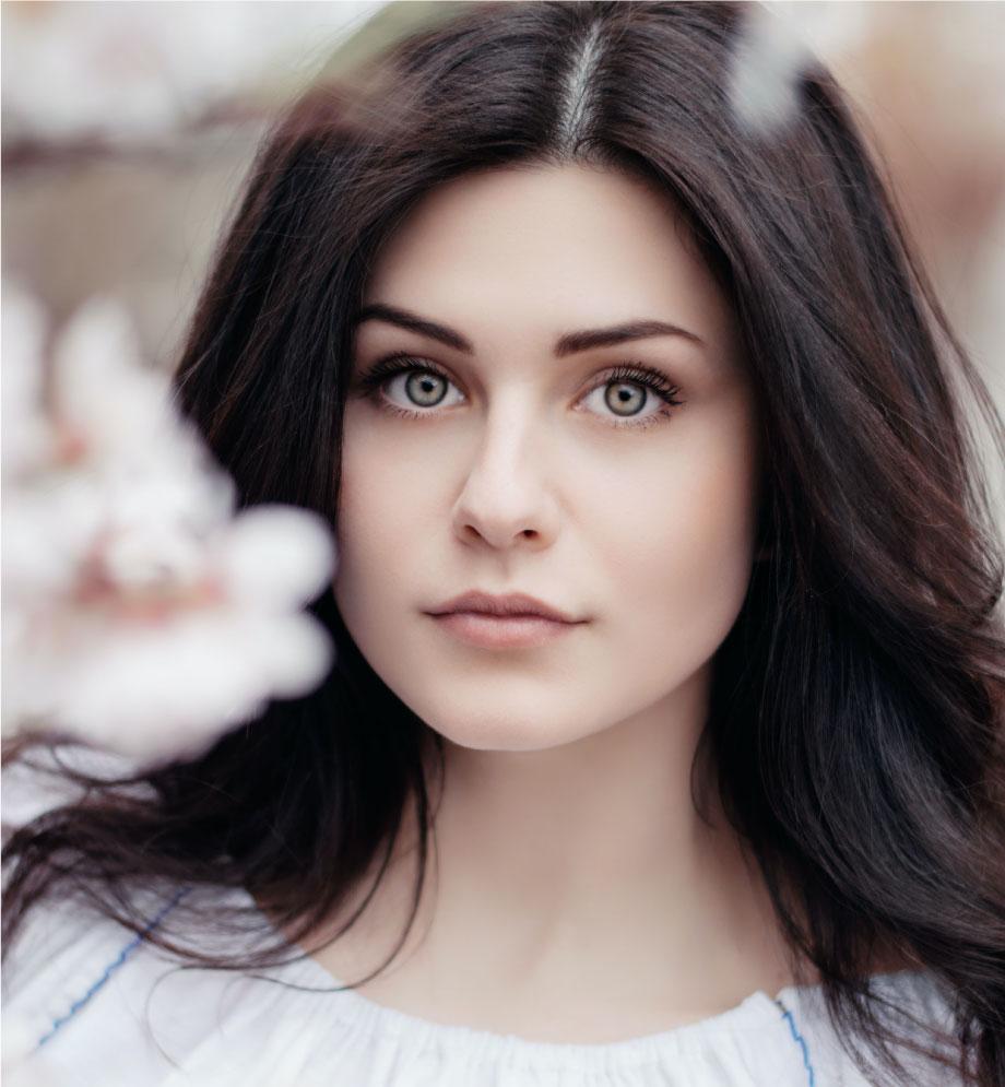Frau mit glatter Haut und grauen Augen