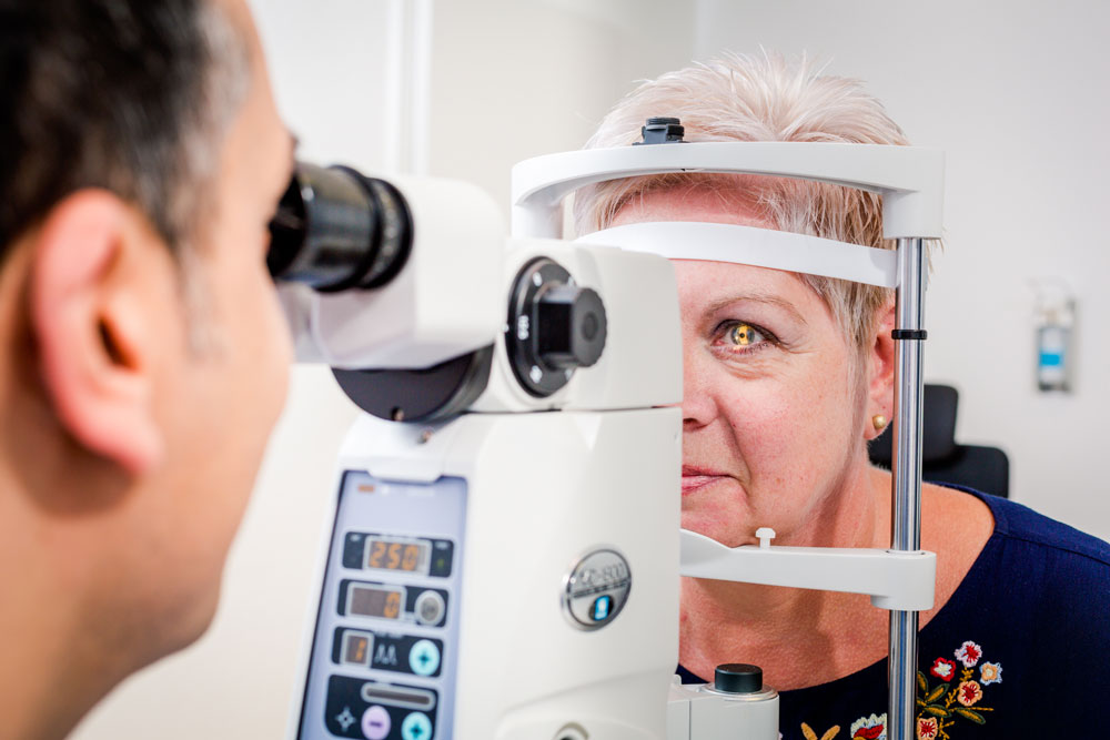 Dr Berret untersucht Patientin