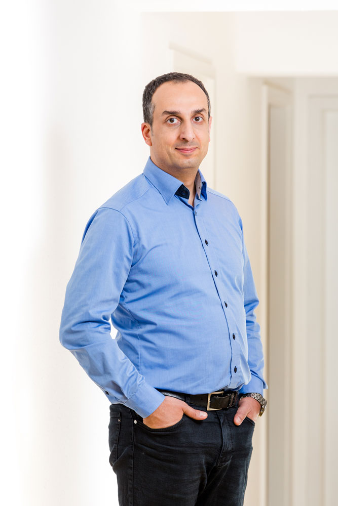 Dr Berret in einem blauen Hemd