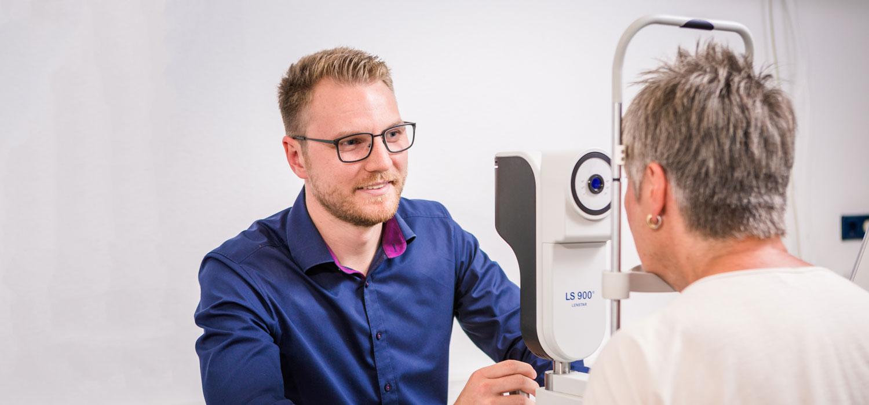Optometrist mit Patientin bei Optischer Biometrie