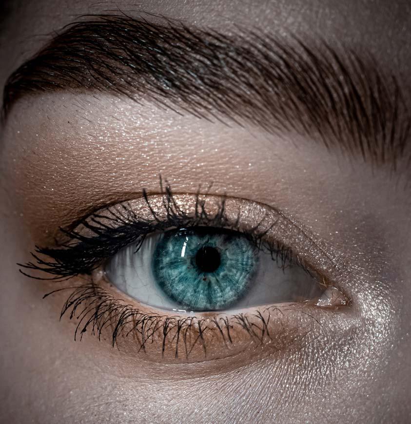 Nahaufnahme eines geschminkten Auges mit glatter Haut