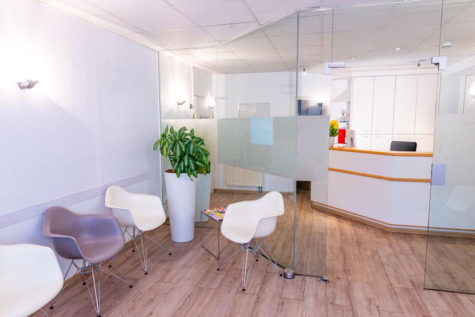 Wartezimmer und Anmeldung der Praxis von Dr. Berret | Ihr Augenarzt in Heilbronn