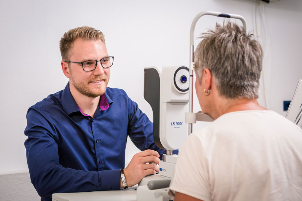 Optische Biometrie - Optometrist untersucht Patientin am Lenstar