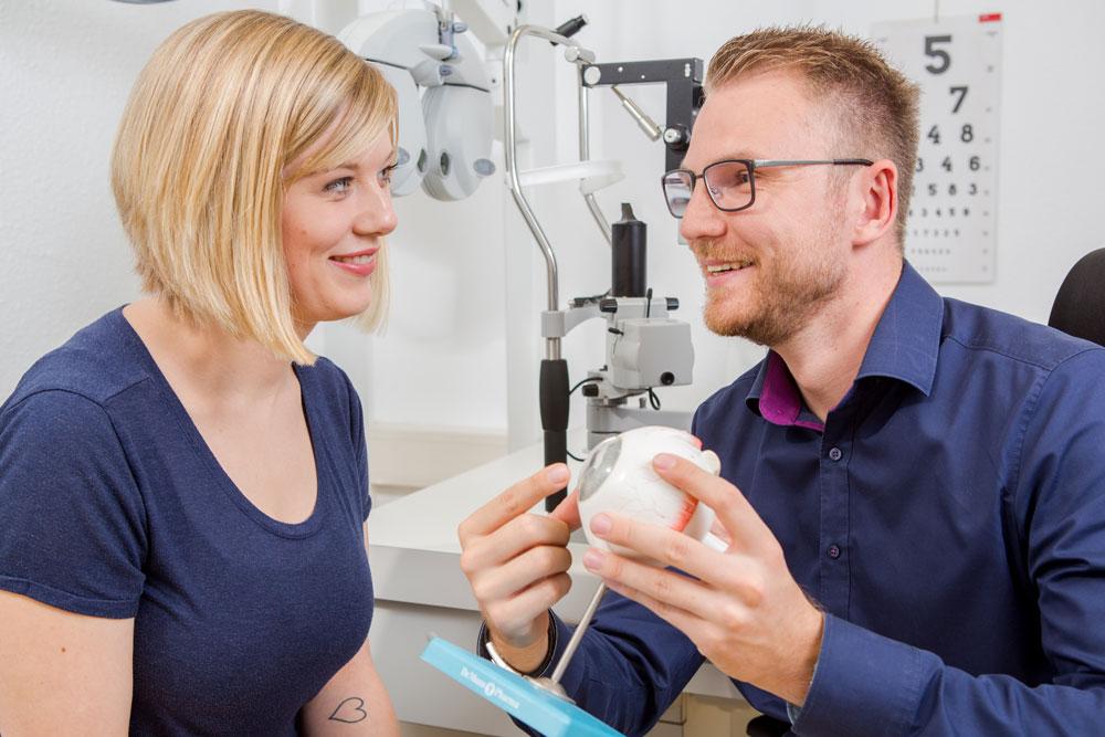 Optometrist erklärt einer Patientin einen Sachverhalt