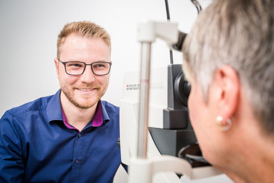 Optometrist untersucht Patientin am OCT