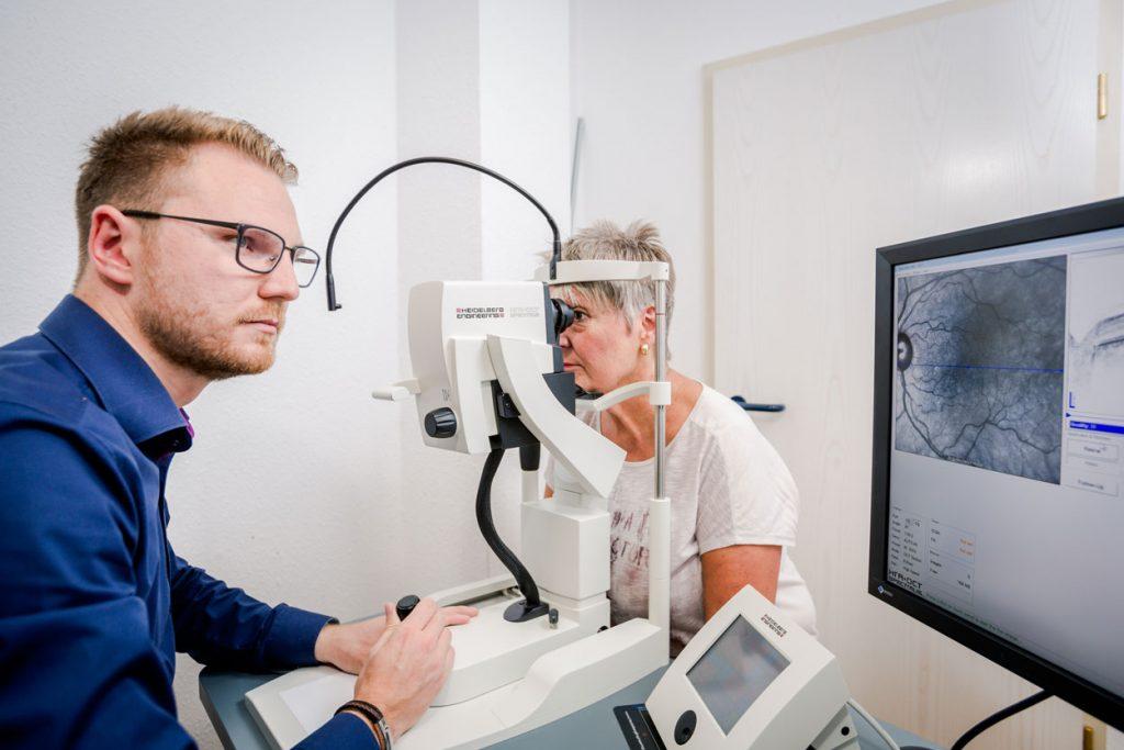 Optometrist mit Patientin am OCT | Vorsorge Grüner Star